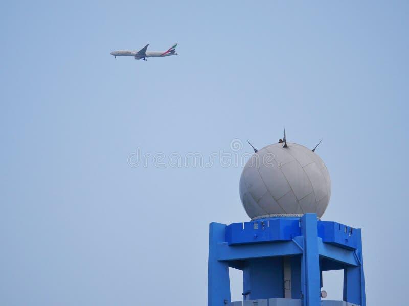 Avion Emirates survolant le radar météorologique à Curepipe, Maurice photo stock