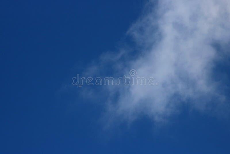 Avion en ciel bleu environ pour entrer dans le nuage blanc effilé images libres de droits