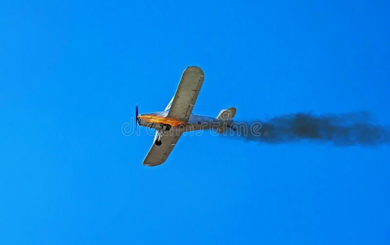 Avion en vol Le moteur de l'avion a mis le feu Flammes et fum?e Urgence après décollage L'avion se prépare au image libre de droits