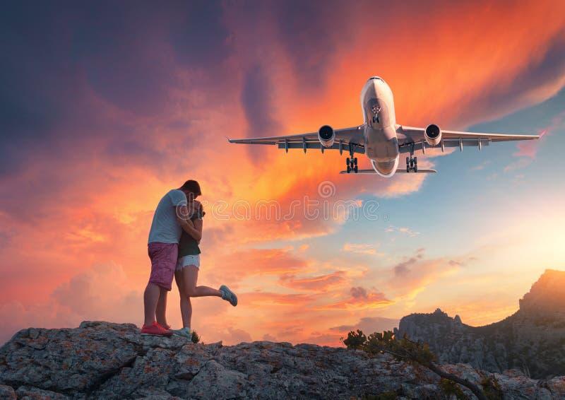 Avion et étreindre et embrasser l'homme et la femme images libres de droits