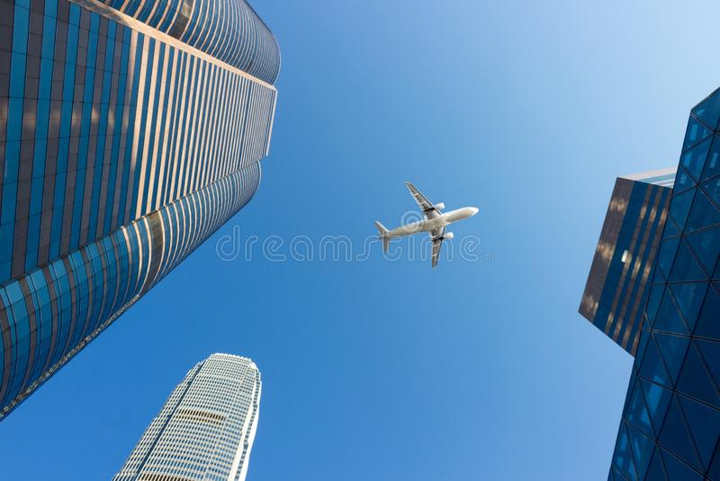 Avion et centre ville moderne de bureau photos stock