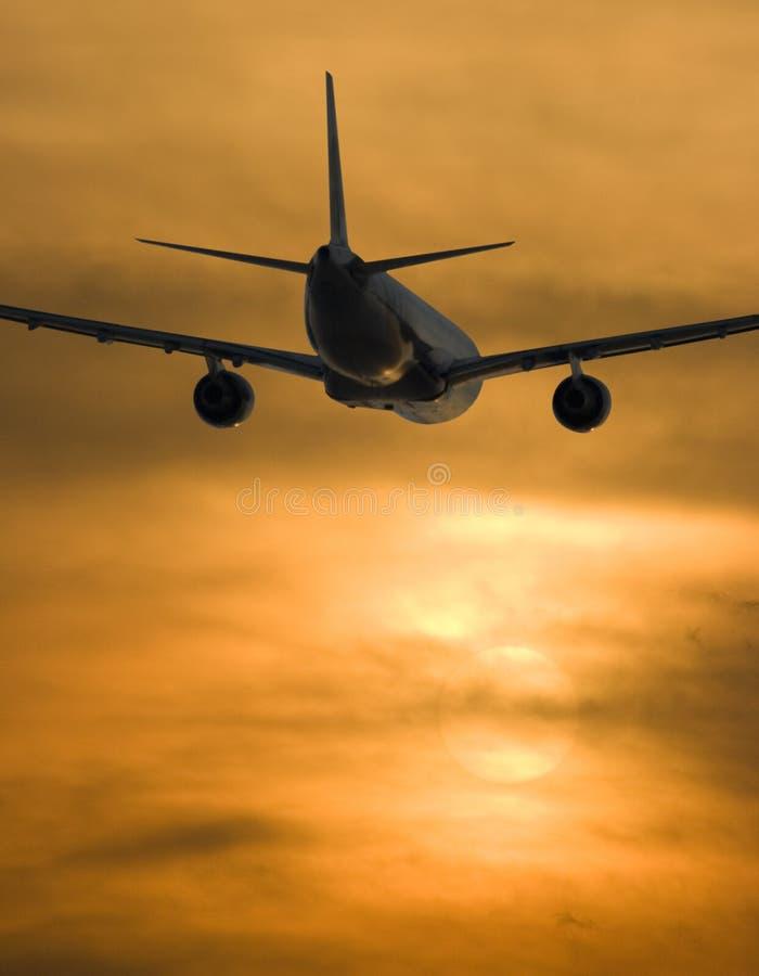 Avion et coucher du soleil image stock