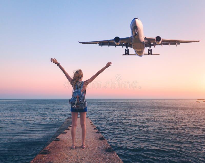 Avion et femme au coucher du soleil image stock