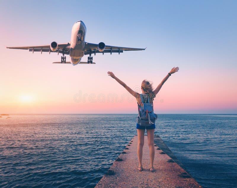 Avion et femme heureuse au coucher du soleil Paysage d'ÉTÉ photos libres de droits