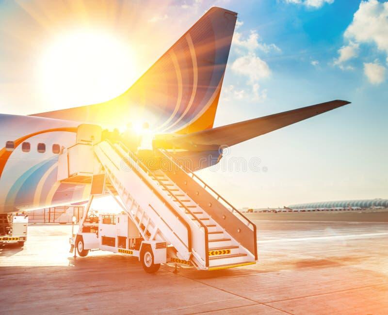 Avion et l'aéroport photos stock