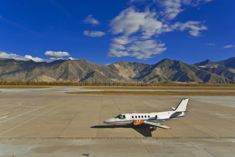 Avion et montagnes images stock