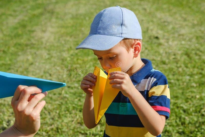 Avion heureux d'enfant de gar?on d'enfant lifestyle photo stock