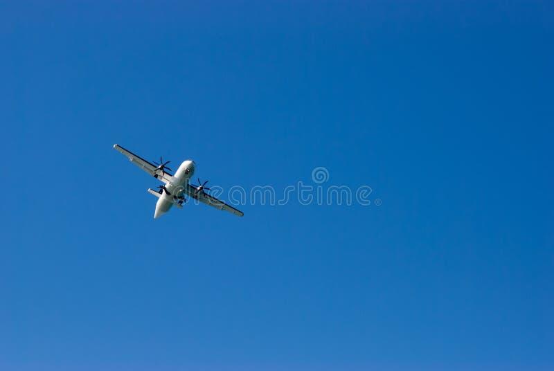 Avion israélien de lignes aériennes d'Arkia en ciel bleu images libres de droits