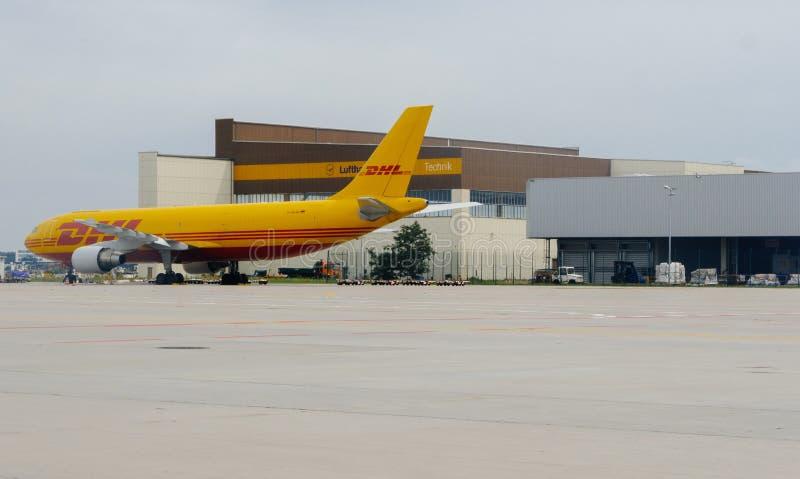 Avion jaune de la livraison de colis d'Airbus A300-600 DHL dans l'aéroport photos stock