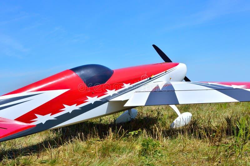Avion modèle sur un fond de ciel bleu images stock