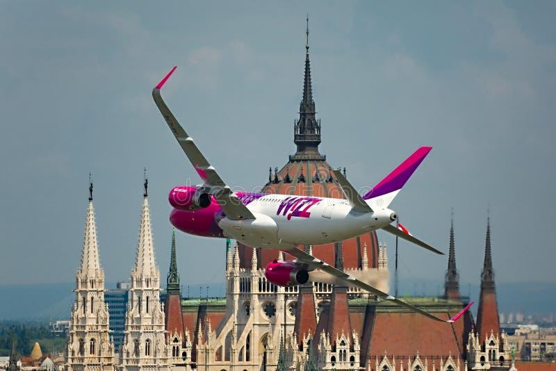 Avion passe-bas à Budapest images stock