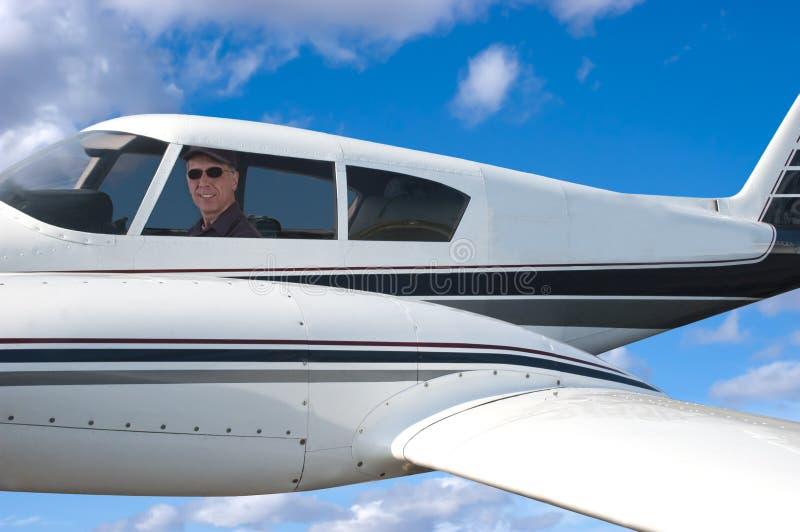 Avion pilote de vol, aviateur dans Aircarft photographie stock libre de droits