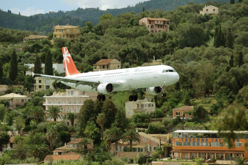 Avion préparant pour atterrir image libre de droits