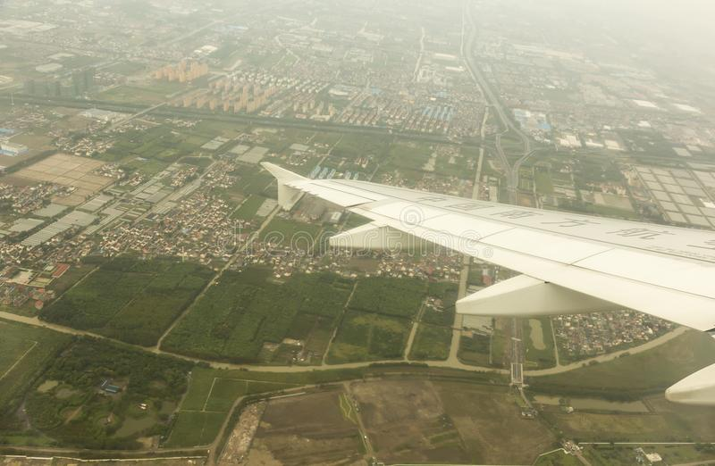 Avion prêt à débarquer en ville de Ho Chi Minh photographie stock