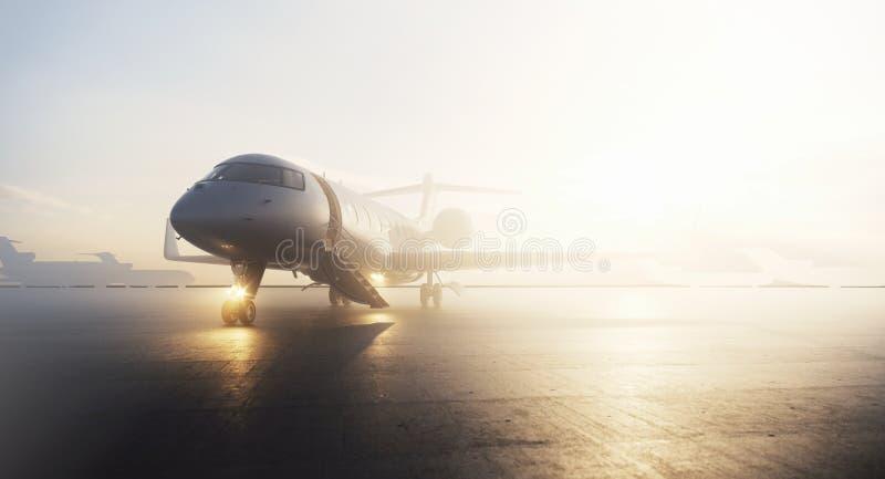 Avion privé d'affaires garé sur le terminal dans le lever de soleil Concept de luxe de tourisme et de transport de voyage d'affai illustration libre de droits
