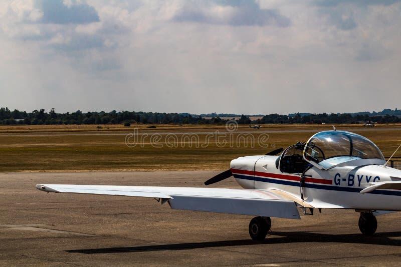 Avion privé sur le champ de décollage image libre de droits