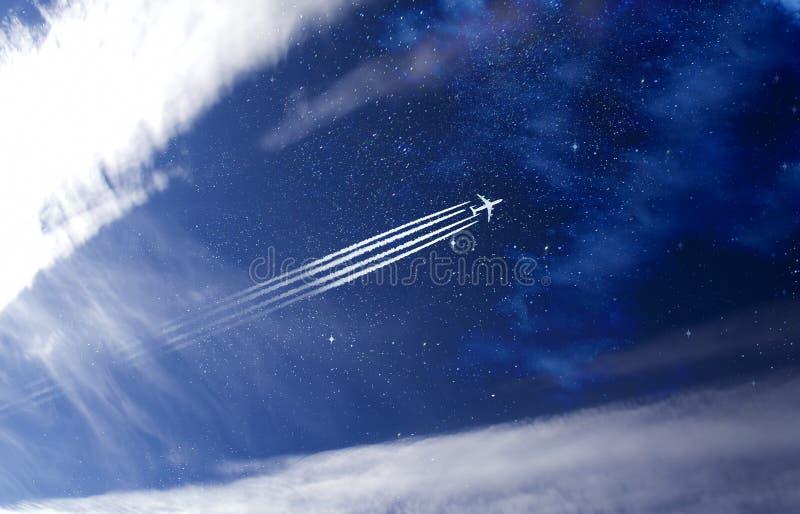 Avion ? r?action dans le ciel images libres de droits