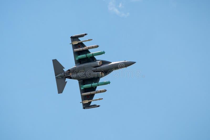 Avion russe avec des fusées et des bombes à MAKS-2017 images stock