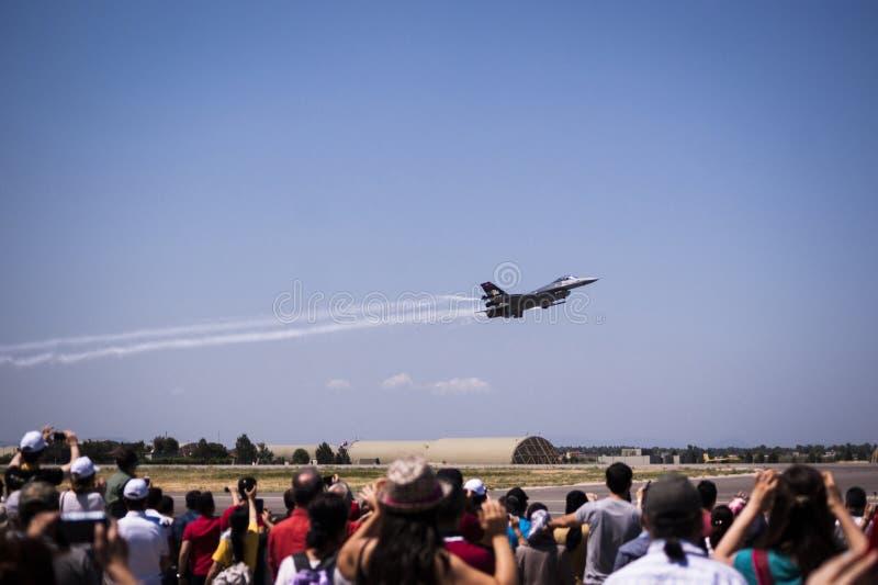 Avion solo de guerre de Turc sur un vol de démonstration photographie stock libre de droits