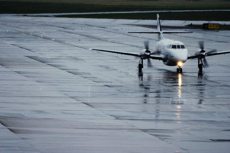 Avion sous la pluie images stock