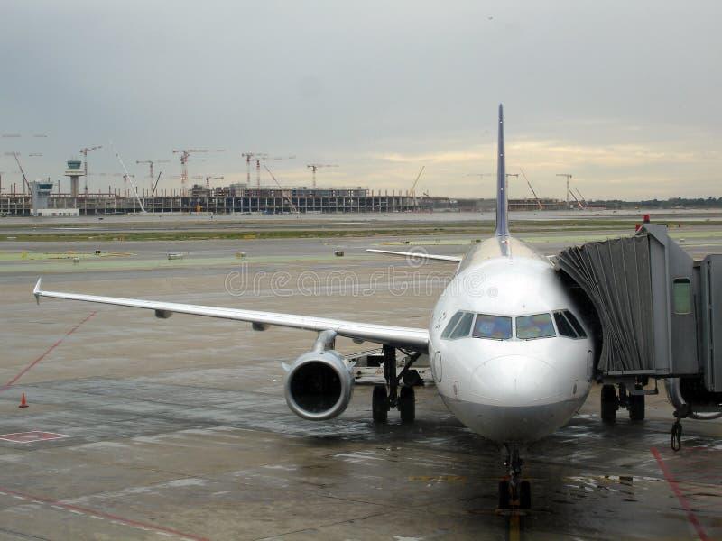 Avion sur l'aéroport image libre de droits