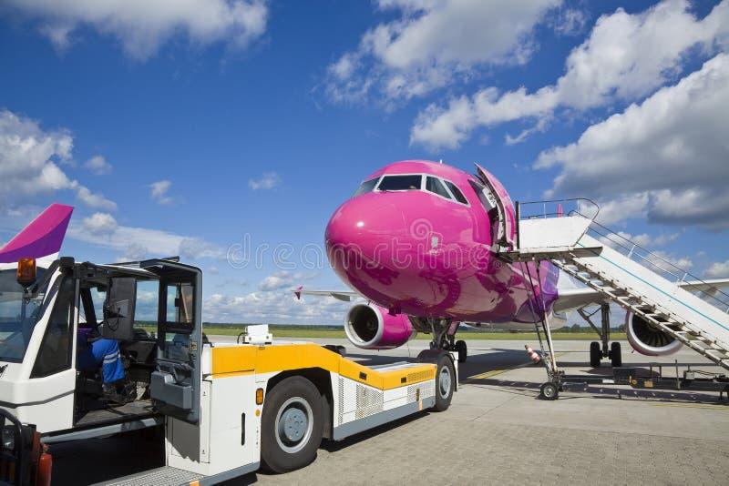 Avion sur l'aéroport photo stock