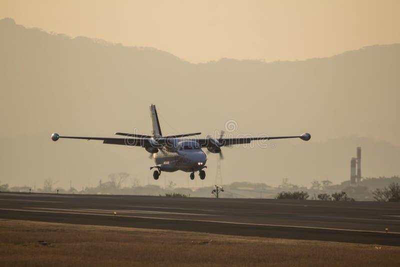 Avion sur la piste images libres de droits