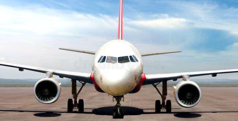 Avion sur la piste d'aéroport préparant pour décoller photos stock