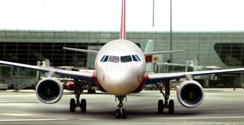 Avion sur la piste préparant pour décoller photo libre de droits