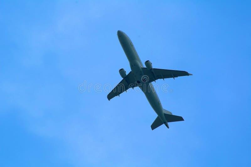 Avion sur le ciel photographie stock libre de droits