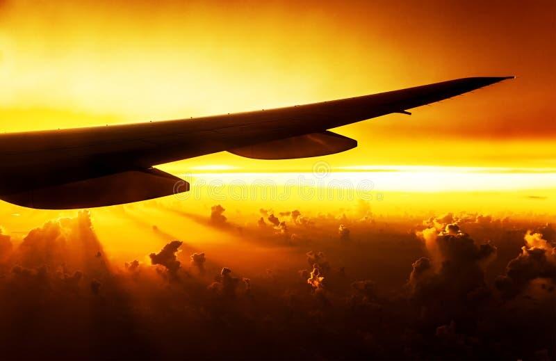 Avion sur le coucher du soleil photos libres de droits