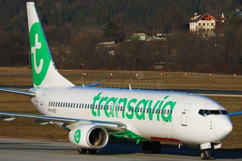 Avion Transavia faisant un taxi à l'aéroport d'Innsbruck, INN photographie stock