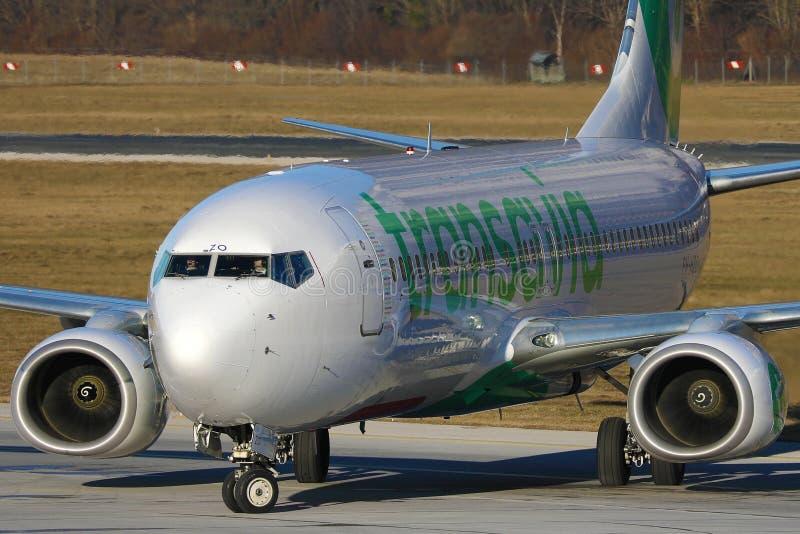 Avion Transavia faisant un taxi à l'aéroport d'Innsbruck, INN images libres de droits