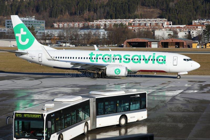 Avion Transavia faisant un taxi à l'aéroport d'Innsbruck, INN images stock