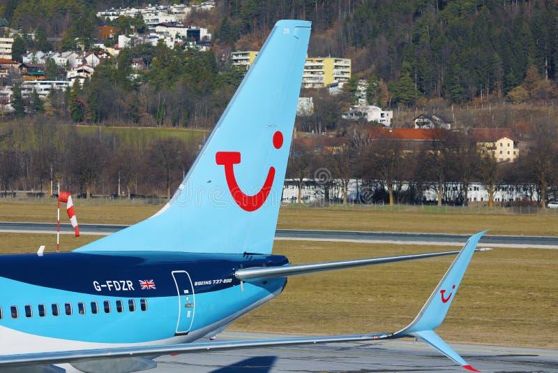 Avion TUI Airways circulant à l'aéroport d'Innsbruck, INN, gros plan photographie stock libre de droits