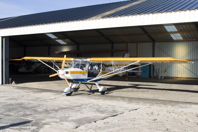 Avion ultra-léger dans le hangar image libre de droits