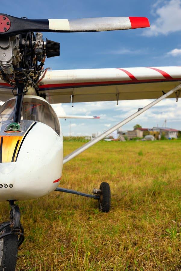 Download Avion Ultra-léger De Poids Sur Un Champ D'herbe Photo stock - Image du pourrait, jour: 45351336