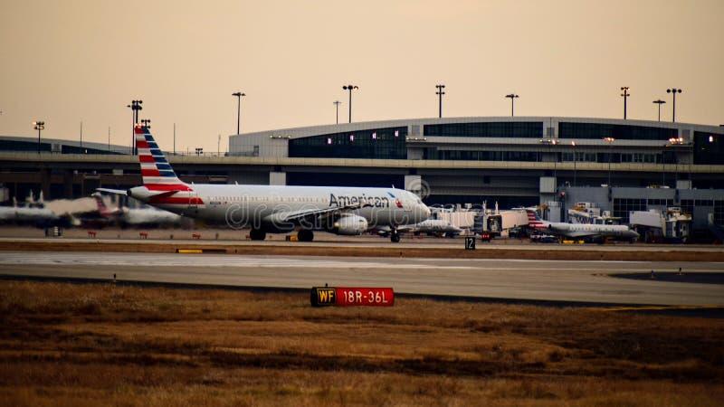Avion un d'American Airlines Airbus la manière de taxi photographie stock
