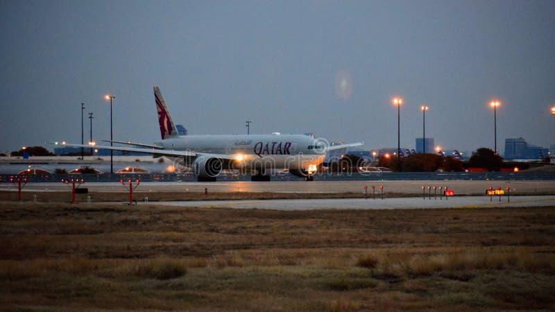 Avion un de Qatar Airlines Boeing 777 la manière de taxi image libre de droits