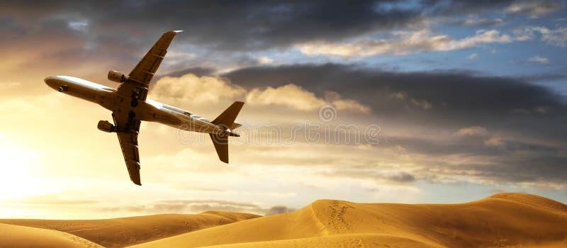 Avion volant au-dessus du désert à la basse altitude images libres de droits