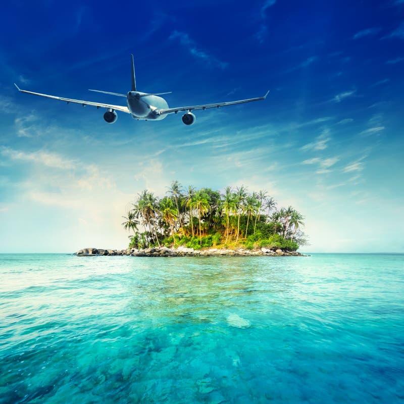 Avion volant au-dessus du paysage tropical d'océan Voyage de la Thaïlande image libre de droits