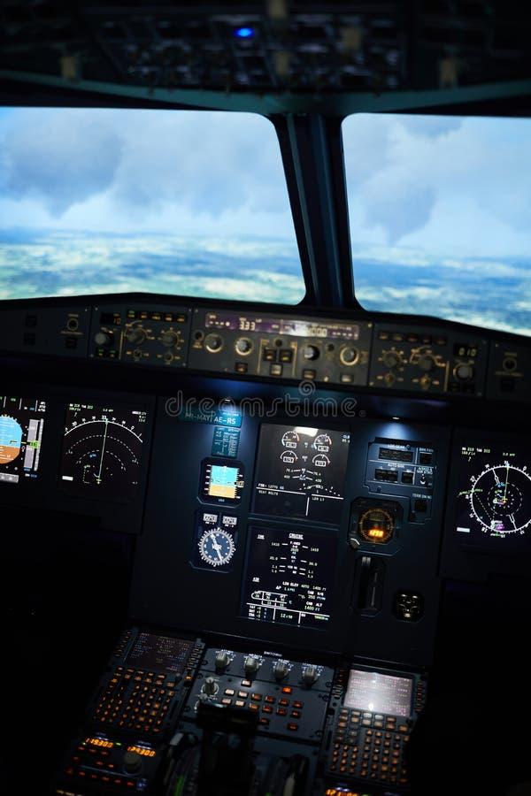 Avion volant sur automatique photos stock