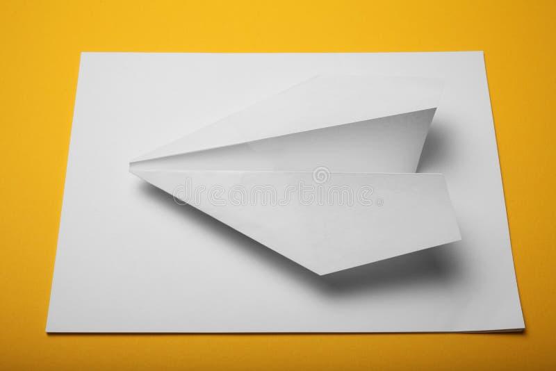 Aviones blancos de la papiroflexia, avión de papel aislado fotos de archivo