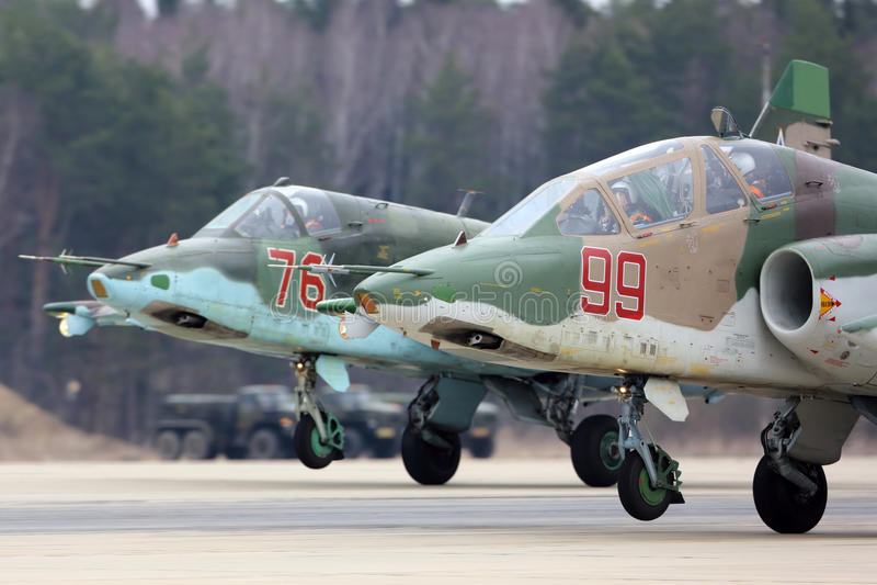 Aviones de ataque de Sukhoi Su-25 del aterrizaje ruso de la fuerza aérea durante ensayo del desfile de Victory Day en la base de  imagen de archivo