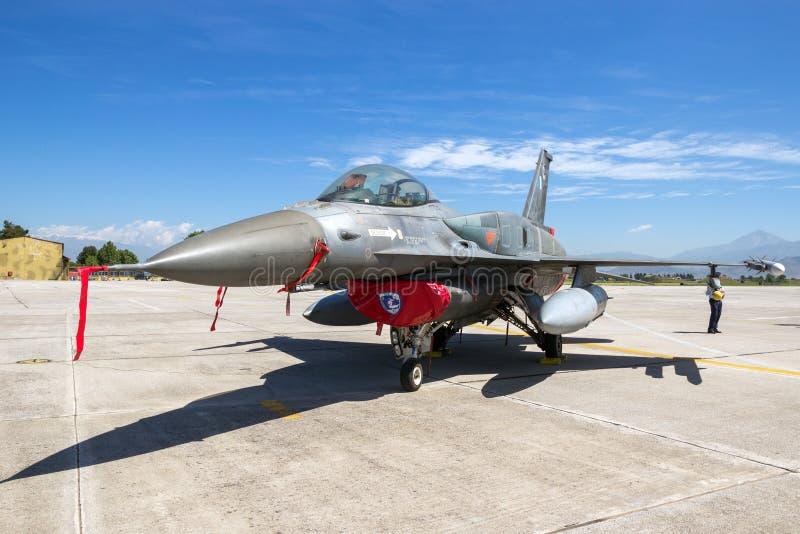 Aviones de avión de combate griegos del F-16 de la fuerza aérea imagenes de archivo