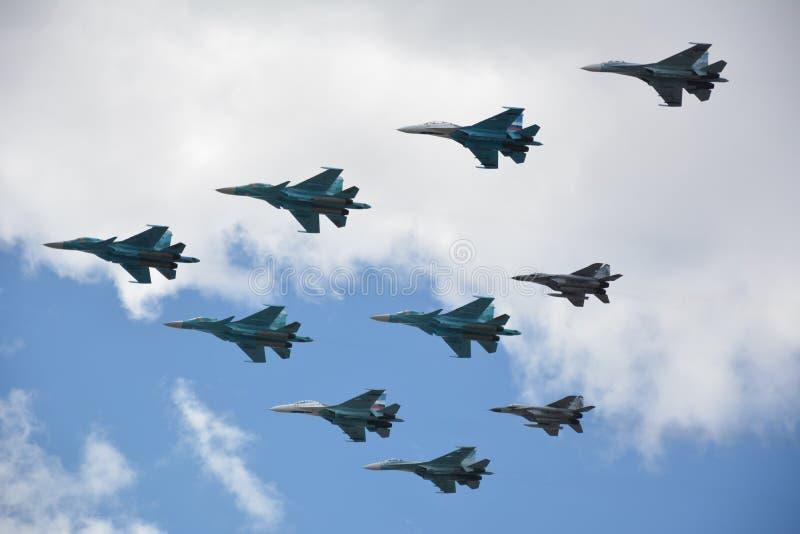 Aviones de combate militares en el aire imagen de archivo libre de regalías
