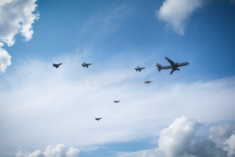 Aviones de combate que reaprovisionan de combustible en vuelo foto de archivo