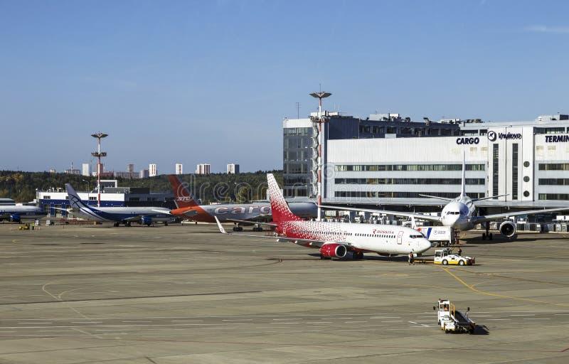 Aviones de diversas líneas aéreas en el campo de aviación del aeropuerto 'Vnukovo ', Moscú, foto de archivo libre de regalías