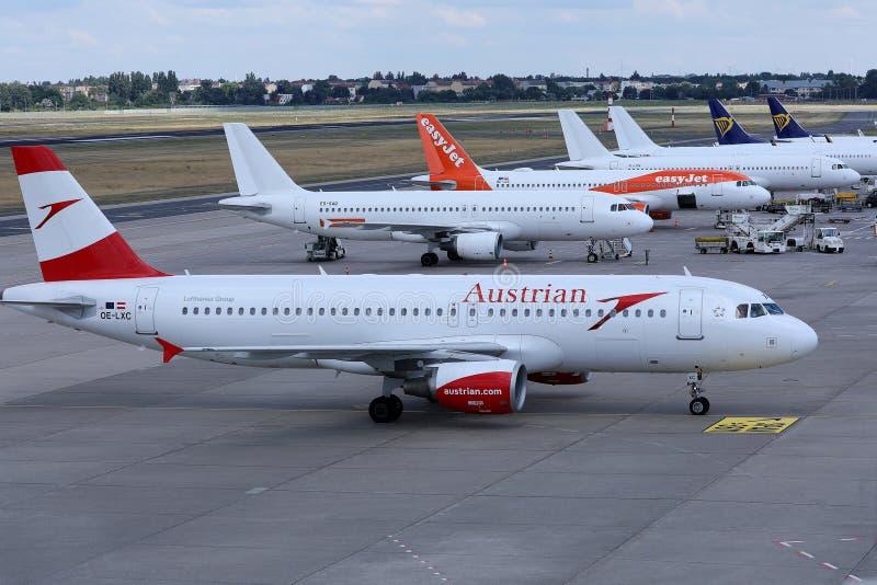 Aviones de Easyjet, de Austrian Airlines y de Ryanair en el terminal fotos de archivo libres de regalías