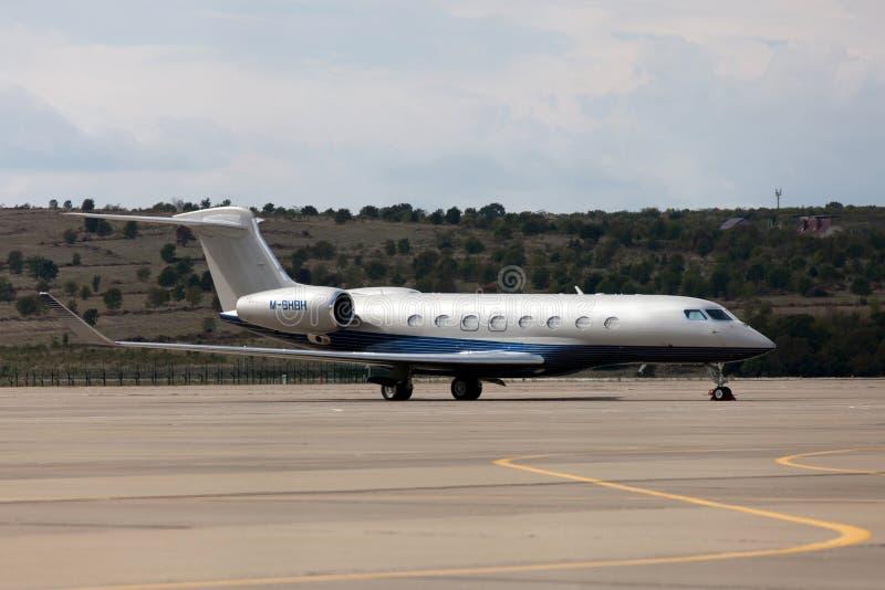 Aviones de Gulfstream G650 de los aviones en el aeropuerto imagen de archivo